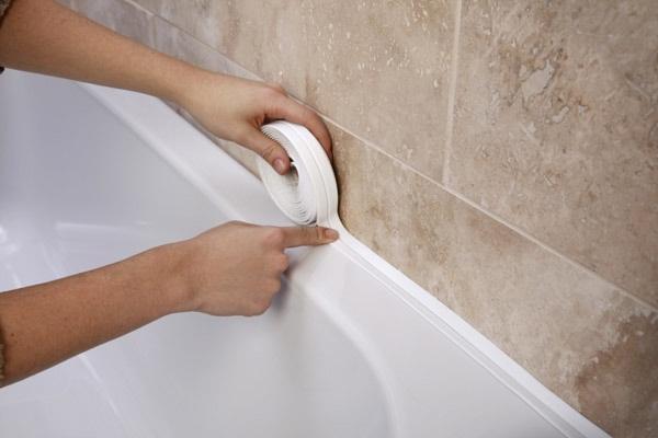 Пример заделки щели между стеной и ванной