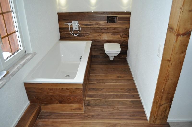 Пример деревянного пола в ванной комнате