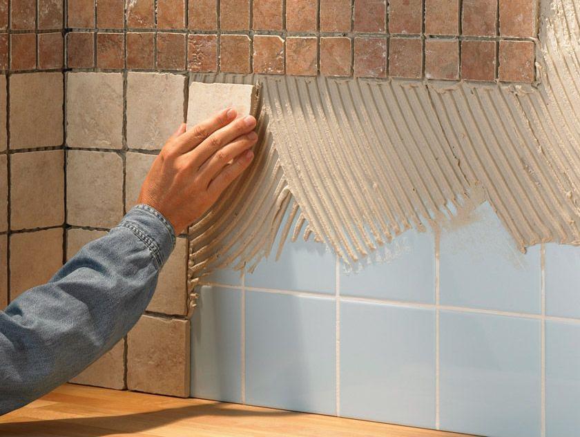 Приклеиваем плитку на стену ванной