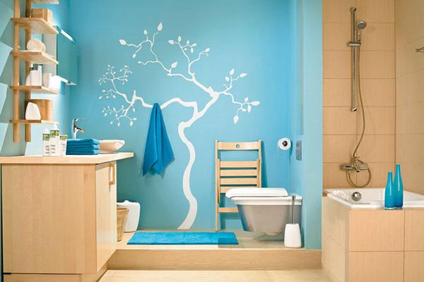 Покрашенная краской ванная комната