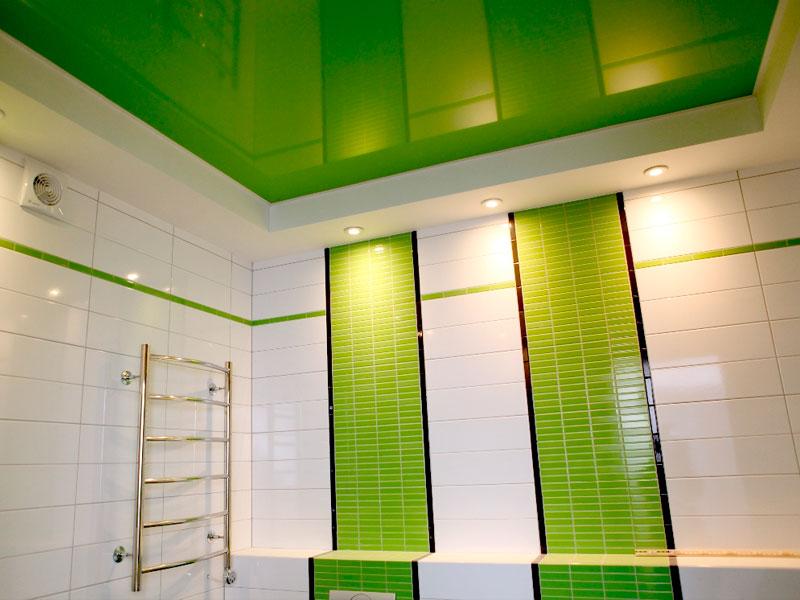 Зеленый натяжной потолок в ванной