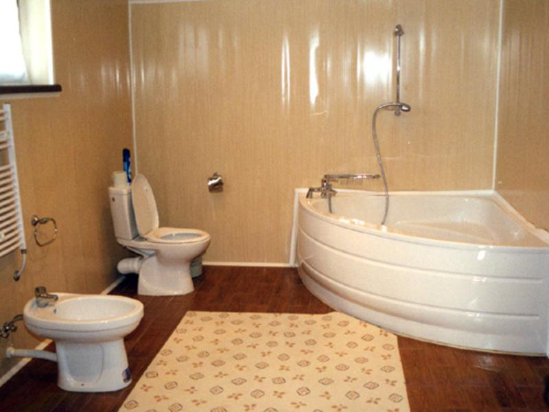 Пример обшивки ванной комнаты панелями