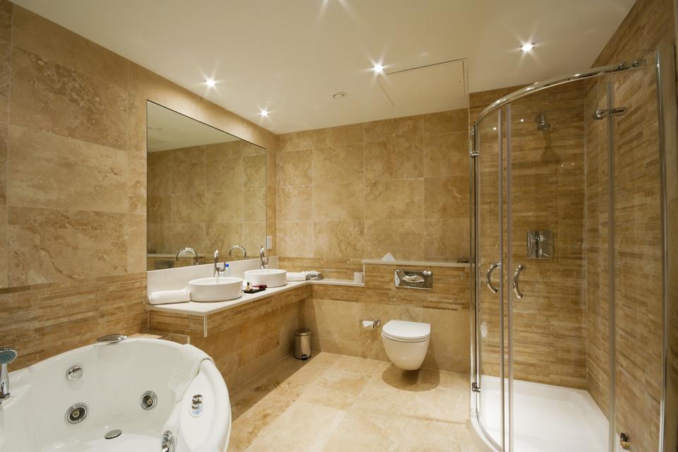 Пример отделки потолка в ванной комнате