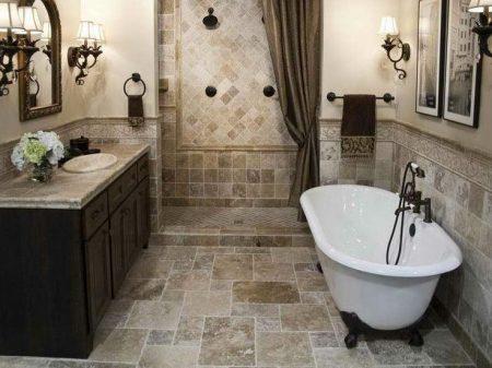 Отделанная плиткой ванная комната