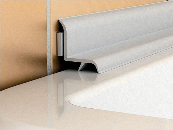 Пример использования плинтуса для ванной